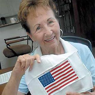 Труди Гроннинг держит вышитый американский флаг