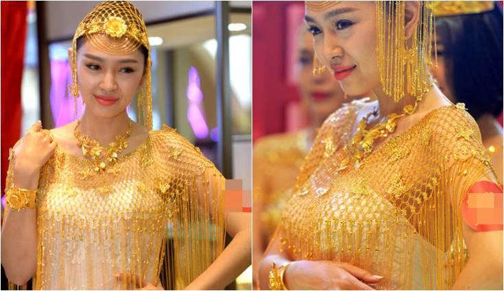 perempuan cantik pakai gaun emas