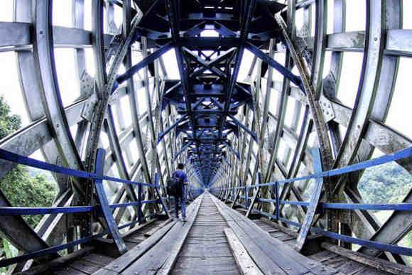 Pejalan Kaki di Jembatan Cirahong (Foto By Bayu Perwira Negara)