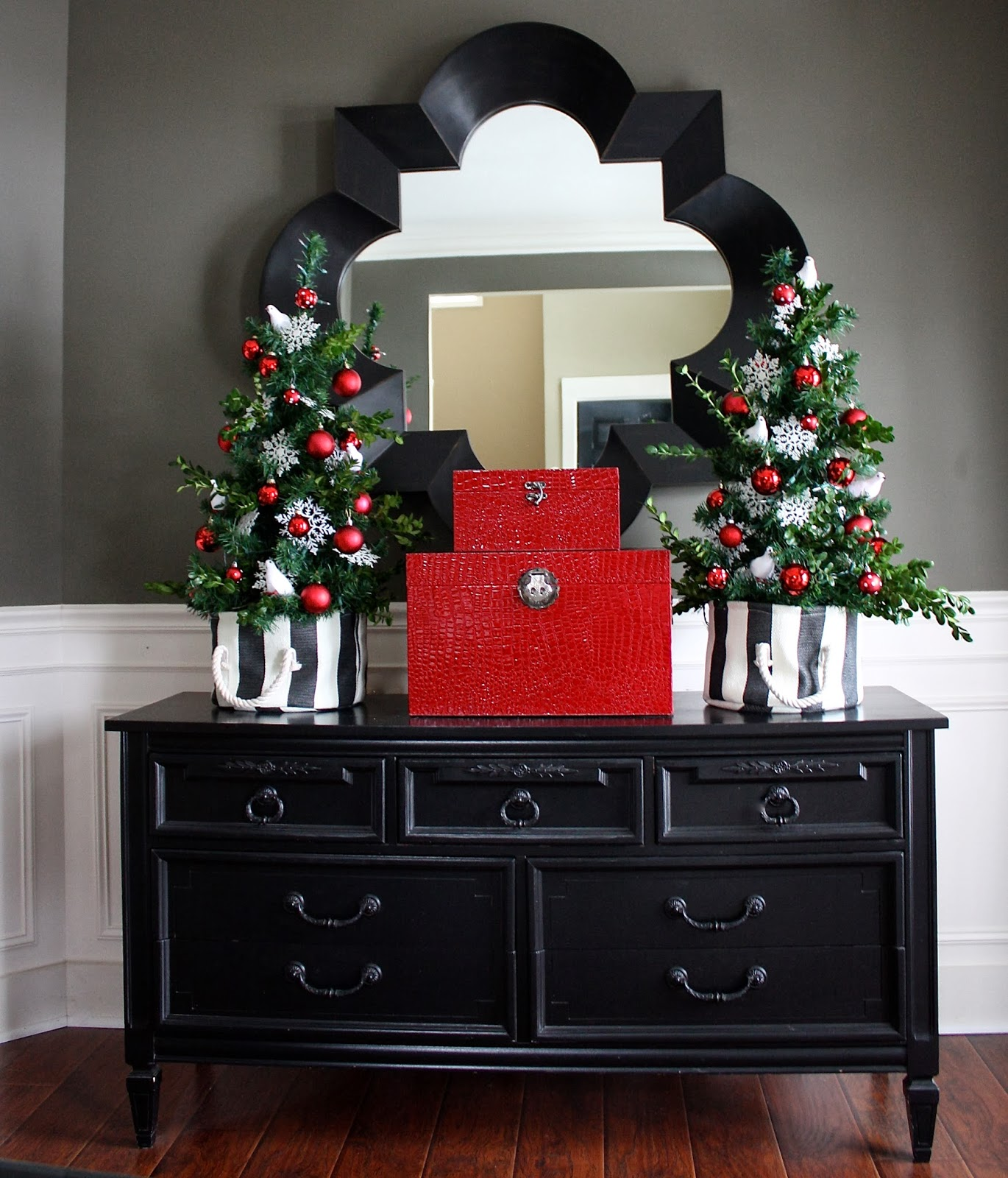Holiday Home Decorating Ideas a holiday house tour with lots of christmas decorating ideas including many vintage christmas decorations Holiday Home Tour 2013