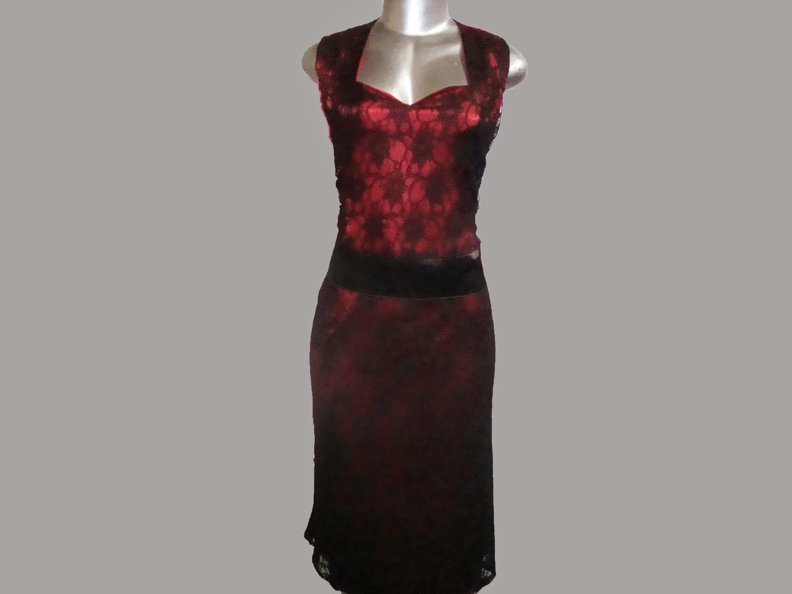 vestido de renda com cetim