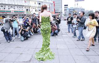 SEORANG wanita memakai pakaian yang diperbuat daripada kubis di Bangkok semalam.