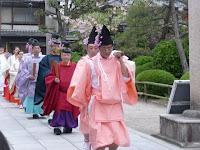 藤花祭は淳和天皇が、境内で「藤花ノ宴」を催された故事による