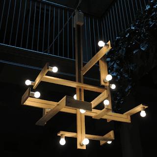 Luminária upcycled com paletes