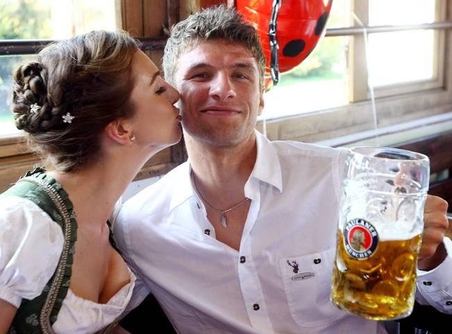 Thomas+Mueller+Wife+Lisa+2012_Pic+07.jpg