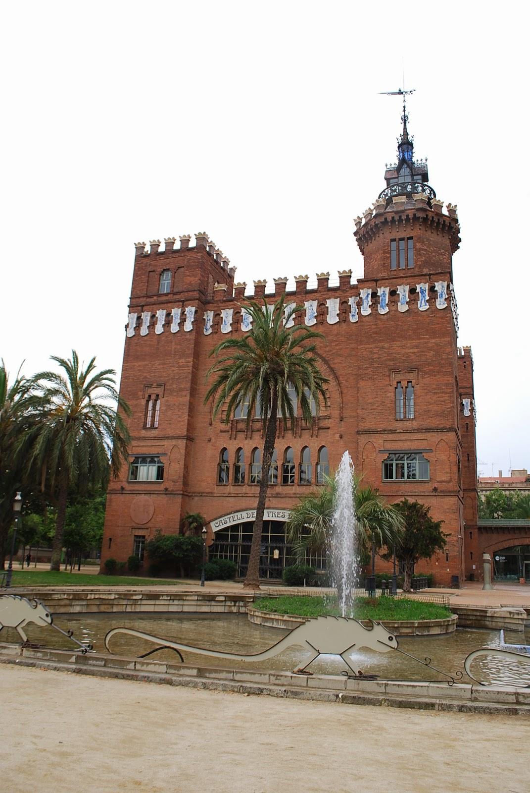 """Зоологический музей, бывший ресторан или замок """"трех драконов"""". Парк Цитадели (Сьютаделья, Ciutadella), Барселона, Каталония, Испания. Parc de la Ciutadella, Barcelona, Catalonia, Spain"""
