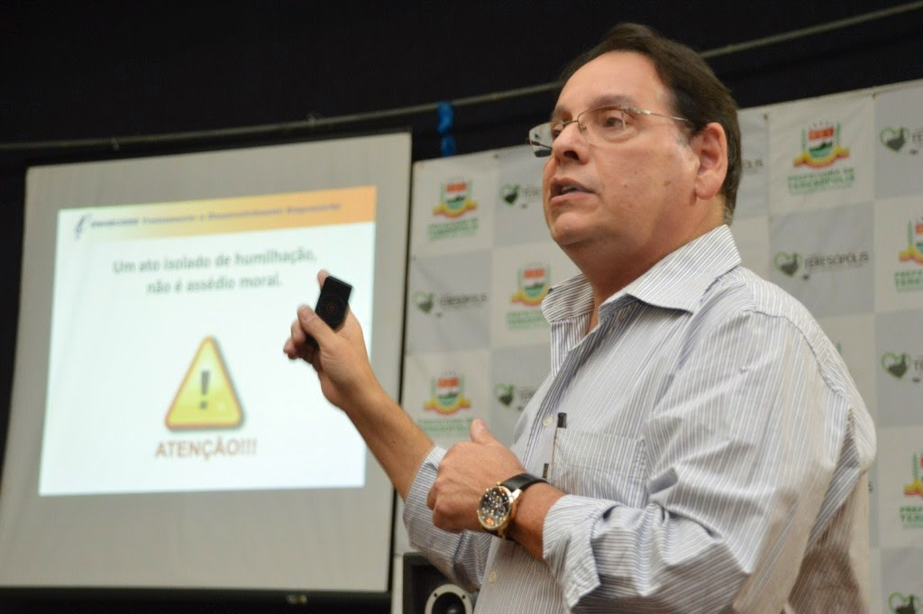 Palestrante Paulo Furtado diz que o assédio moral tem legislação própria e orienta os servidores sobre como agir