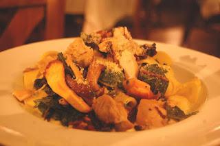 poulet façon stroganoff, en sauce, aux champignons, garni de pâtes, un plat complet facile, rapide et délicieux