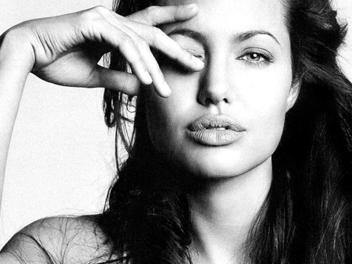 http://4.bp.blogspot.com/-yC5UObDv-kc/UPc0pBSMmvI/AAAAAAAAd8w/yS51zWyWlfQ/s1600/Angelina-Jolie-Free-Wanted-Hd-Wallpaper-2013.jpg