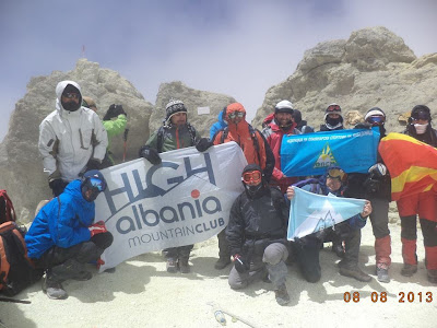 Gli alpinisti sulle montagne dell'Iran sventolano la bandiera albanese