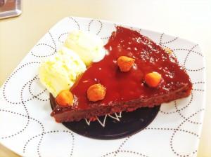 Torta de chocolate cremosa com avelã