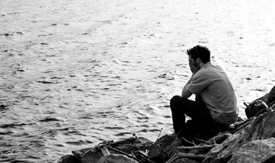هل يتغلب الرجال علي الأزمات العاطفية سريعا - رجل حزين الحزن والندم - man regret sad in love