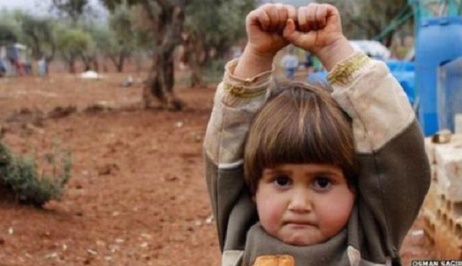 Foto Memilukan Seorang Gadis Cilik Angkat Tangan Populer di Internet