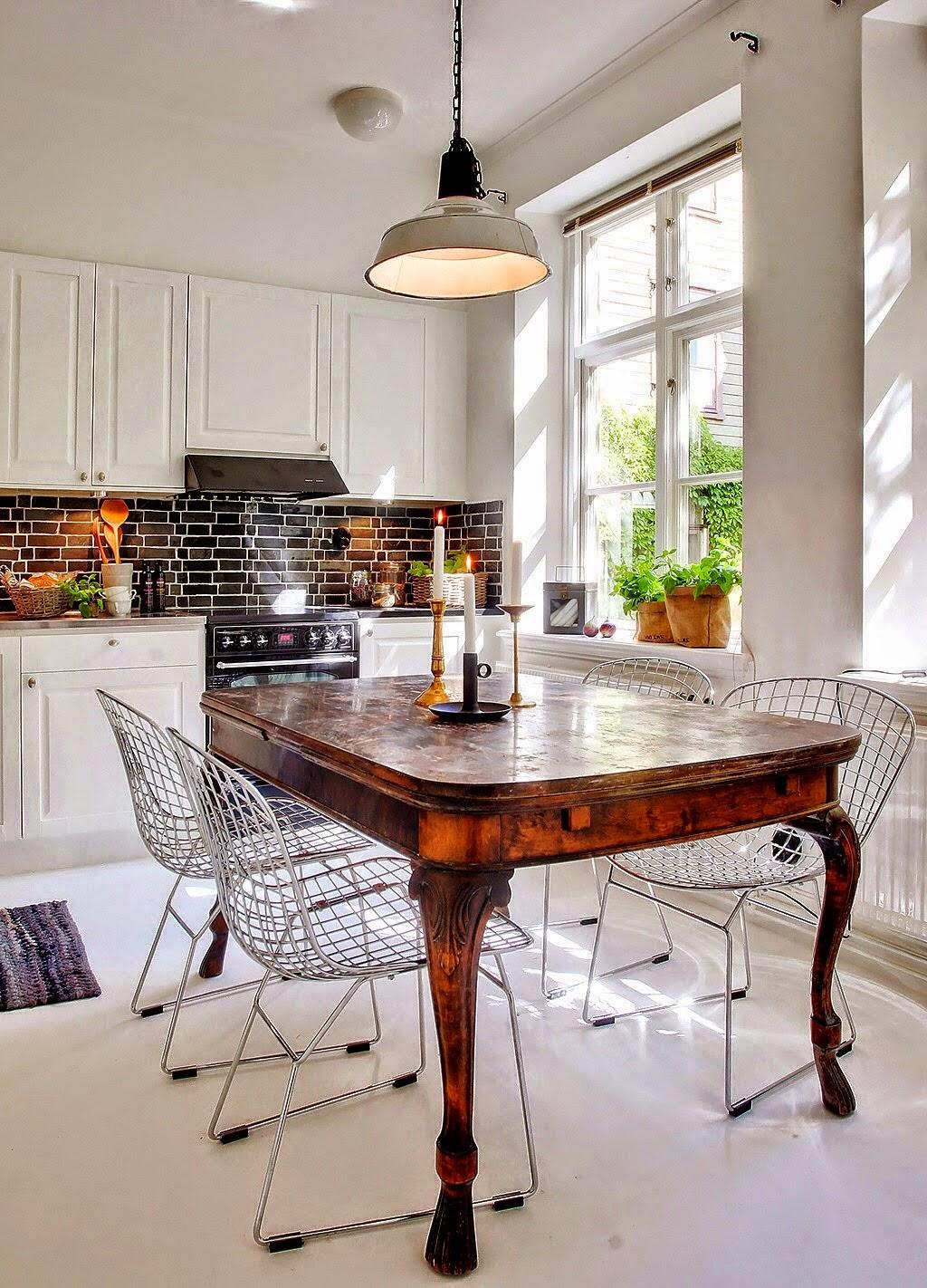 Boiserie c le calde luci che riscaldano il bianco for Tavoli da cucina antichi