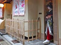 宮川町の置屋「堀八重」で襟かえが行なわれた。