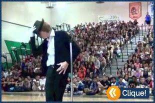Em um show de talentos um estudante faz um impressionante cover de Michael Jackson