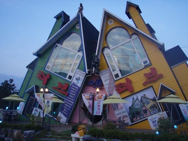 rumah unik dan pelik
