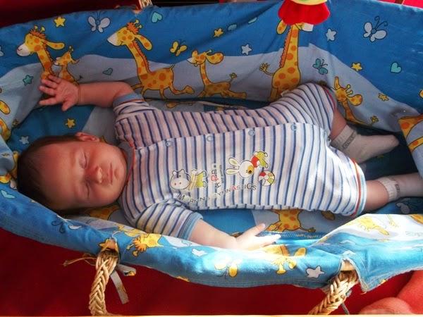 Szymek, śpi w koszu, 3 miesiące