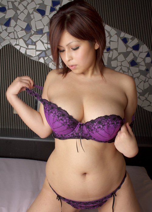 Tante Yuni montok toge pakai bra & CD ungu