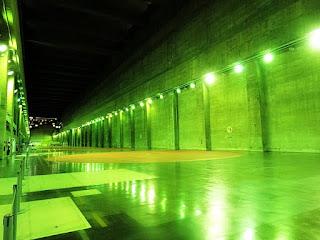 Interior da Usina Hidrelétrica de Itaipu, em Foz do Iguaçu, no Paraná. Construção como um grande túnel com iluminação nas laterais.
