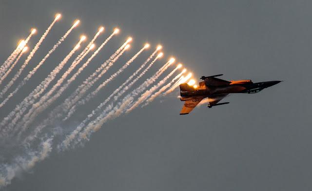 Dutch F-16 flares