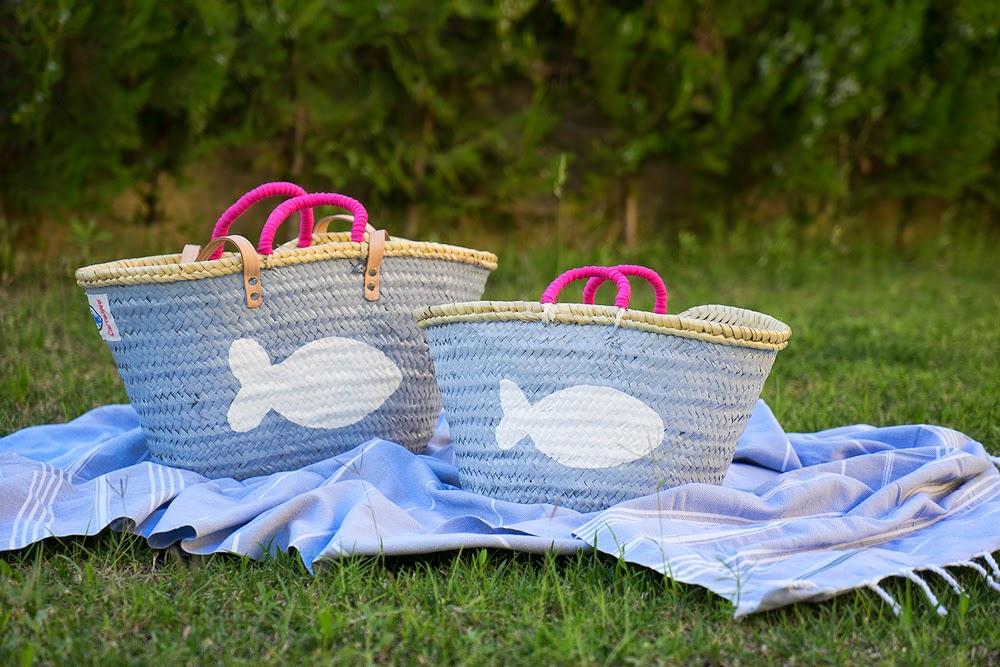 Capazos gris perla con pez blanco y asas fucsia; toalla Córcega gris