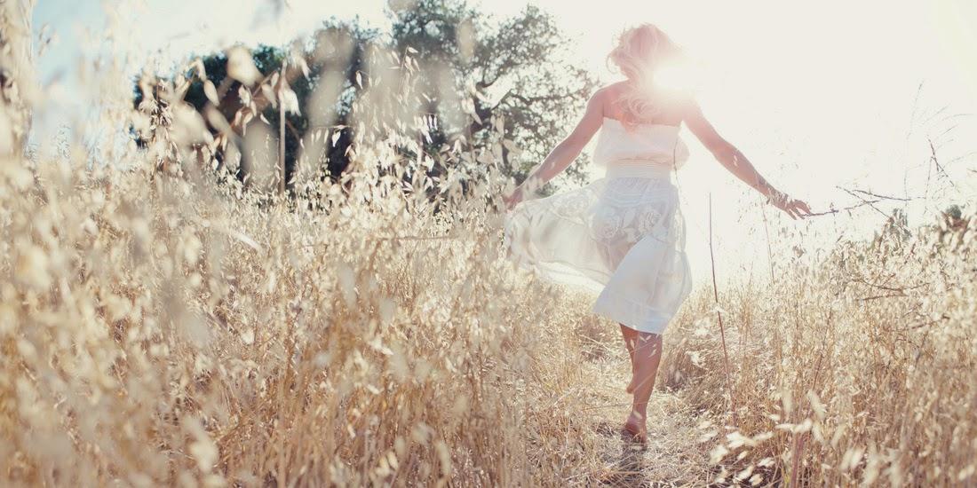 mujer caminando campo