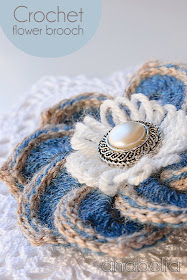 Crochet flower brooch by Anabelia