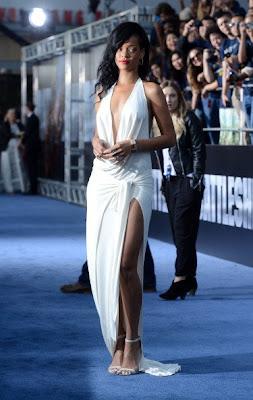Gaun Panjang Berbelahan Tinggi