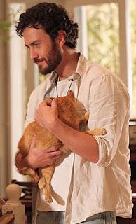 """Gato amarelo da novela """"Amor, Eterno, Amor"""", nos braços do personagem Rodrigo"""