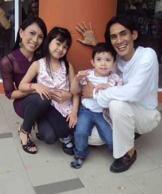 Gambar Keluarga Faizal Hussein Isterinya Suhaila dan Anak-Anak