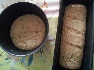 Les deux pains une fois déballés après la fin de leur levée, on remarque que la boule a bien gonflée et la buche bien craquelée.