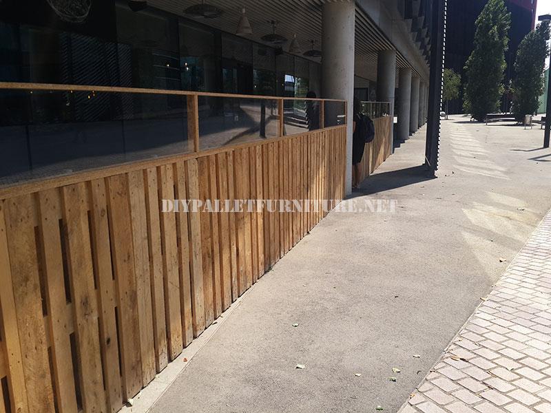 Cerramiento para terraza de un bar for Como hacer una valla con palets