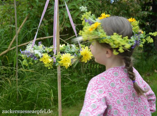 Feiert ein wundervolles Mittsommerfest mit vielen Blumen und schwedischer Erdbeertorte