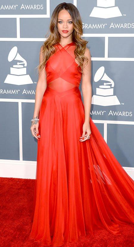 Риана на Грами 2013 в маково червена рокля и кестенява коса на вълни