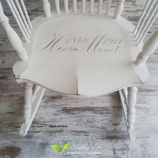 seduta di sedia a dondolo con stencil