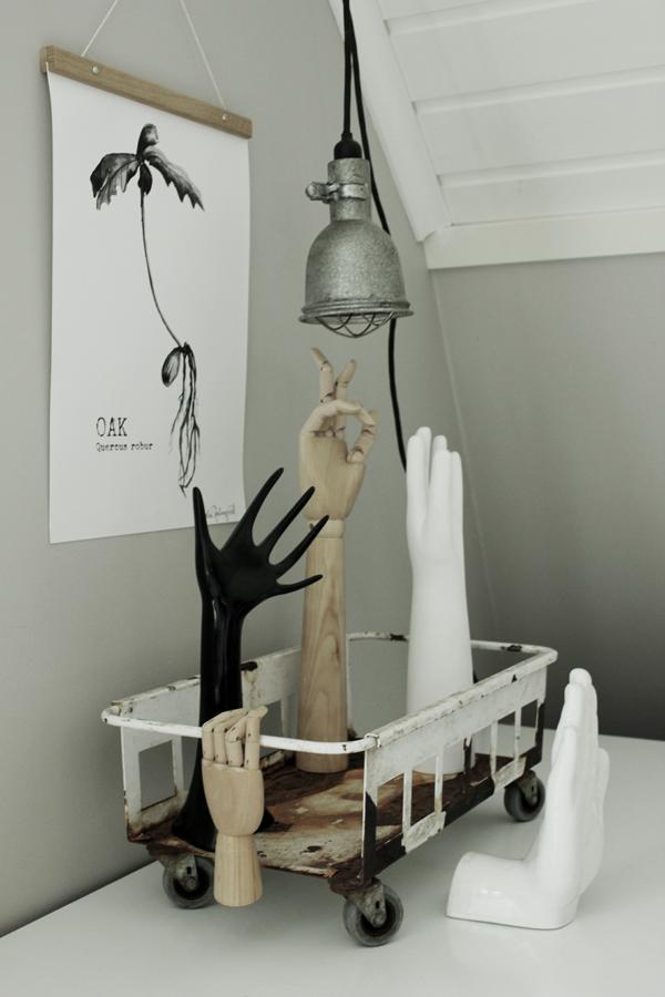 upphängning av tavlor, på väggen, konsttryck oak, tavlor, växter, tavla, svartvita posters, poster, webbutiker, webbutik, webshop, nettbutikk, nettbutikker, ekollon, oak, posterhängare, hängare, hänga upp prints, print, bygglampa, lampa, hängande lampor, händer, industriell vagn, vagn med hjul, vagnar, inredning, inredningsdetaljer, grått, vitt, rostig, rostigt, vagnar, susan cedgård, arkivskåp, arkiv, arbetsrum, plakater, plakat, annelies design & interior,