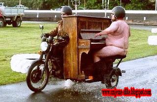 Smjesne slike, klavir, na biciklu