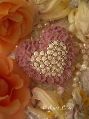 roze hartje van vilt met lovertjes en kraaltjes