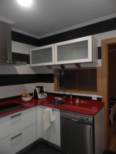 cocina blnca y roja