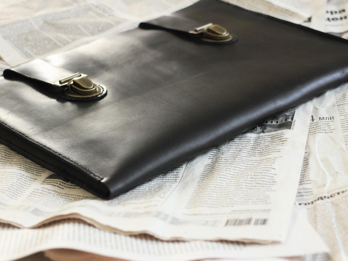 Кожаная папка для ноутбука закрывается на два портфельных замка