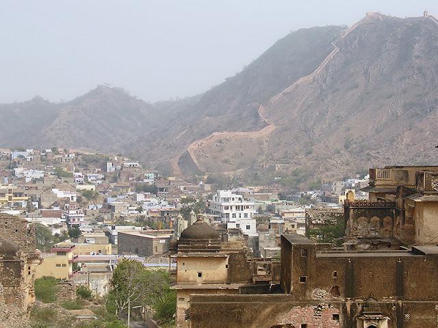 Point de vue sur la ville et la muraille à Amber