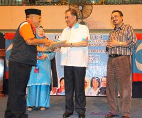 Ahmad Yunin menyerahkan borang keahlian kepada Datuk Seri Anwar Ibrahim selepas Ketua Umum KEADILAN itu berucap di pusat beli-belah Tanjung Aru Plaza