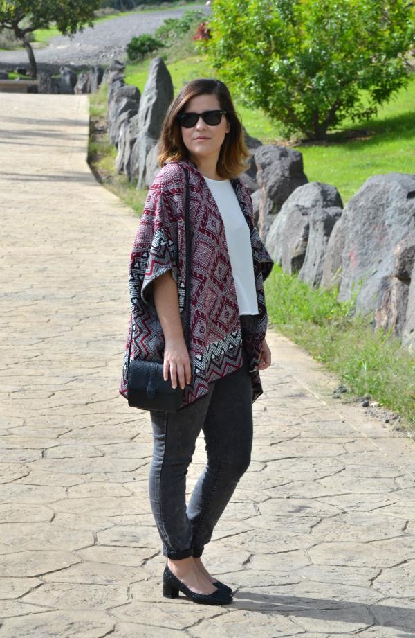 look_outfit_como_combinar_poncho_zapatos_purpurina_lolalolailo_01