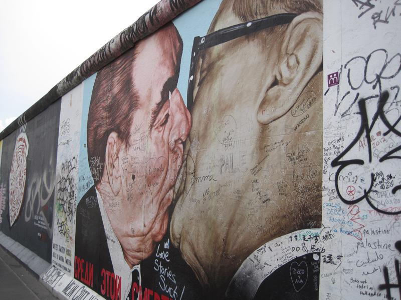 Uno de los grafitis más famosos en el memorial del muro de Berlin.