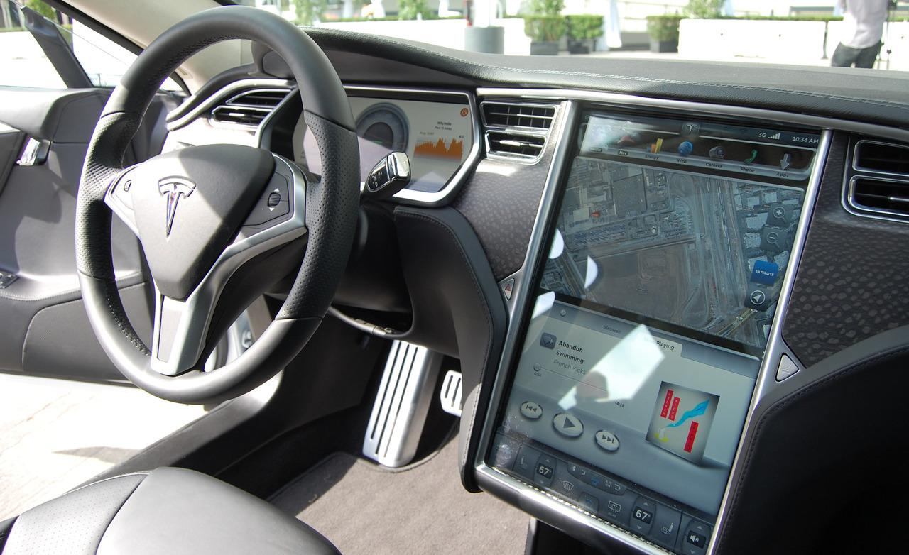 Tutos local tesla la voiture id al pour les geeks for Interieur tesla model s
