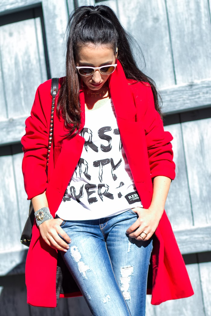 Blog Moda Streetstyle Abrigo Rojo y camiseta Rebel Couture Worst Party Ever
