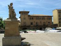 La Plaça de la Fira de Dalt amb la font commemorativa del 1714 i l'Ajuntament al fons. Autor: Francesc (Manresa)
