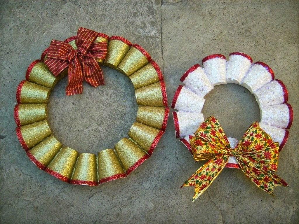 Ecologie couronnes de no l avec des mat riaux recycl s for Puertas decoradas navidad material reciclable