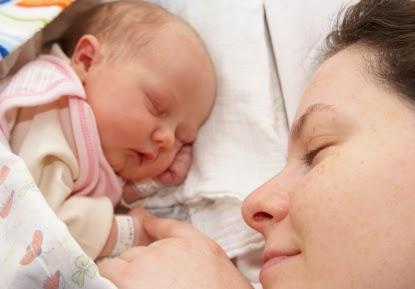 wanita melahirkan anak